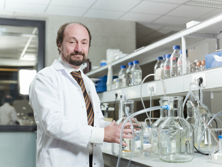 Professor Bart de Strooper in a lab