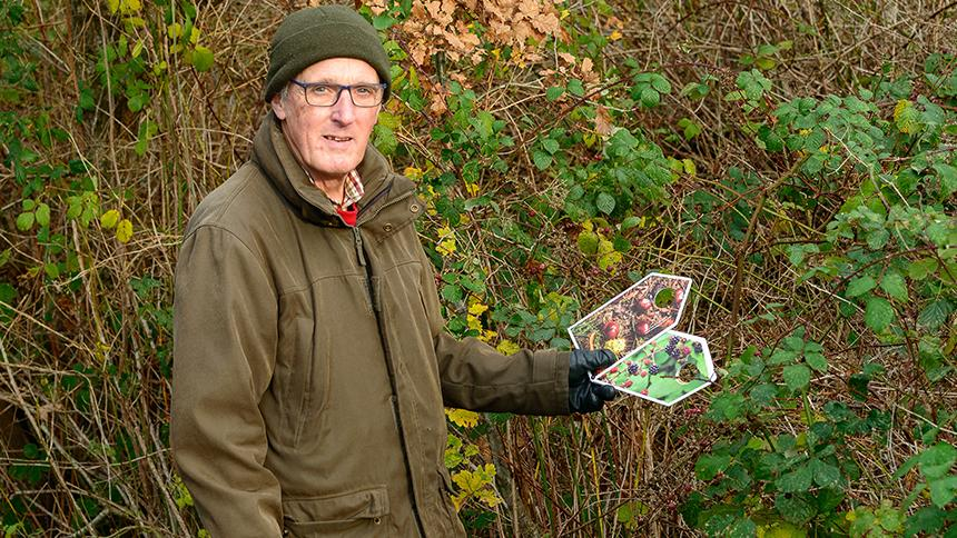 A person with dementia trying out nature packs